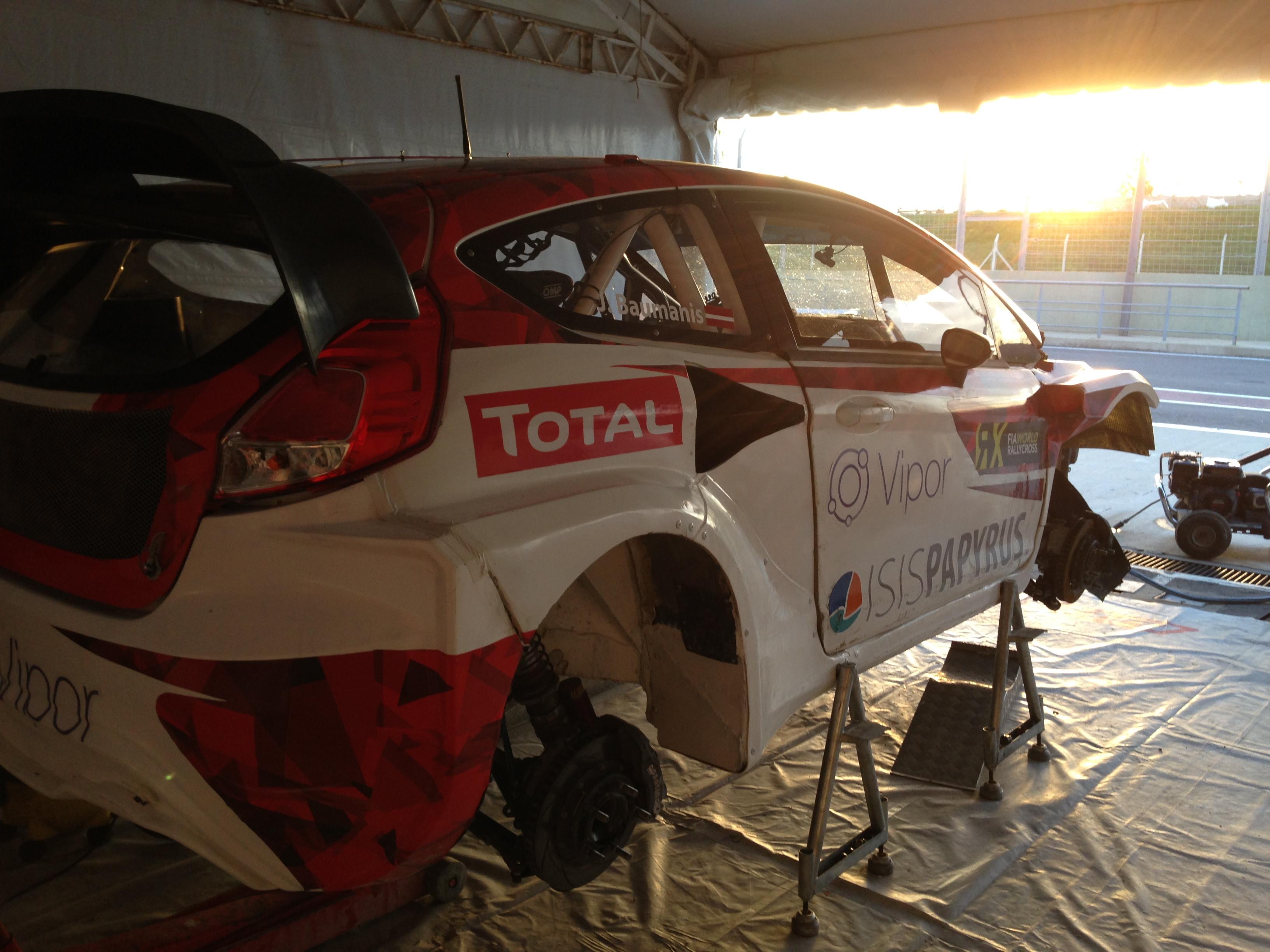 Das Fahrzeug von Janis Baumanis wird vorbereitet