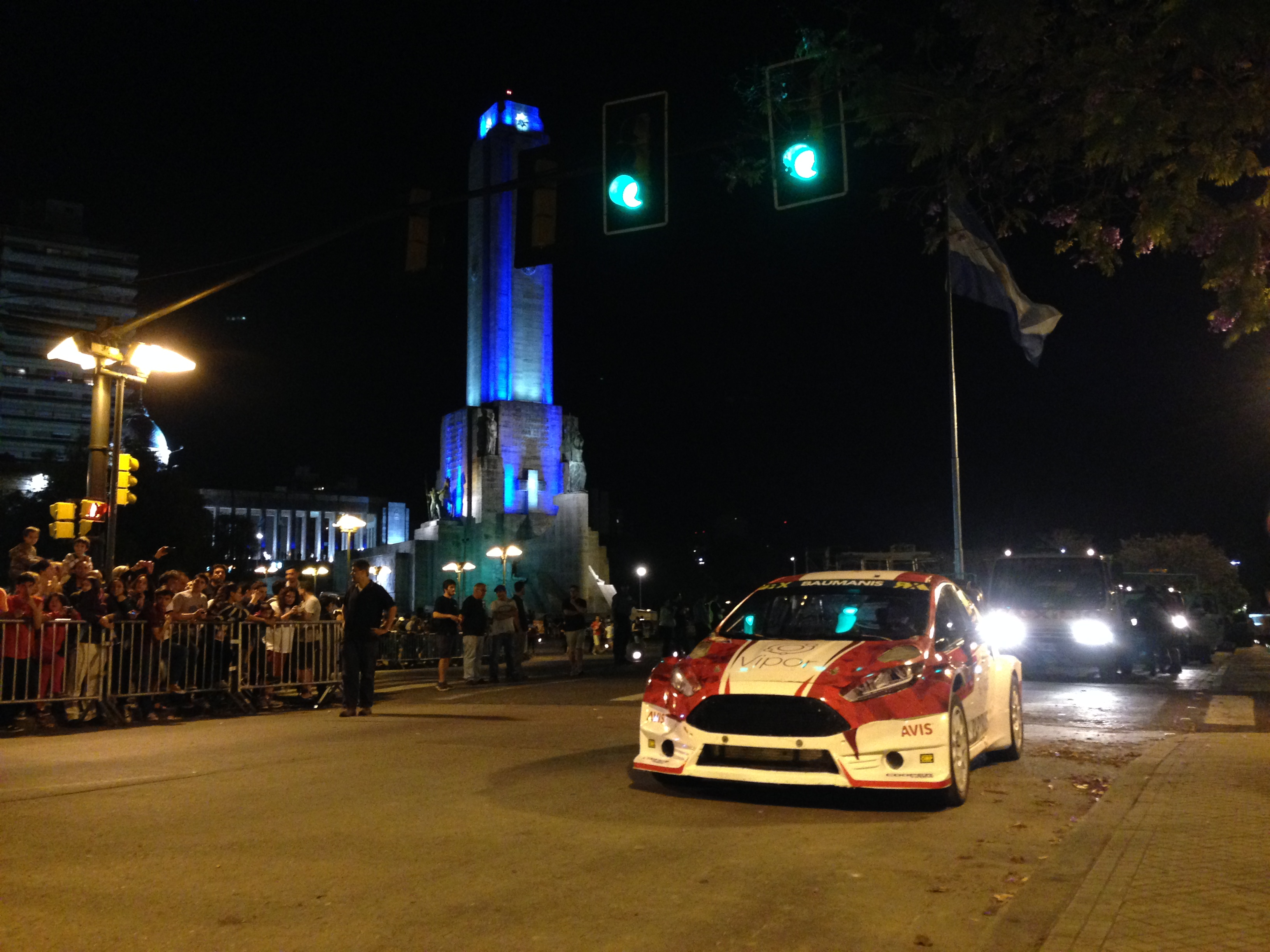 Ford Fiesta Super Car vor dem Monumento Historico
